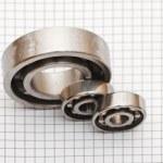 Big and small ball bearings — Stock Photo