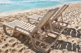 Two sunbathing chairs on the beach — Stock Photo