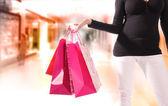 Genç kadın alışveriş merkezi alışveriş. — Stok fotoğraf