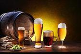 Barril de cerveja com copos de cerveja em uma mesa de madeira. — Foto Stock