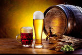 Beer barrel with beer glasses on a wooden table. — Stock fotografie