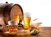 Beer barrel with beer glasses on a wooden table. — Zdjęcie stockowe