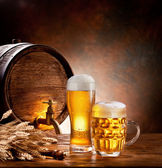 Beer barrel with beer glasses on a wooden table. — Stockfoto