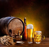 Beer barrel with beer glasses on a wooden table. — Stok fotoğraf