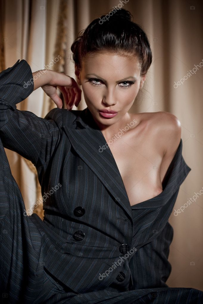 Portrait of sexy woman in home. Fashion art photo — Stock Photo #9677191