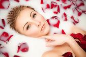 Mleko i róż, portret seksowny zbliżenie — Zdjęcie stockowe