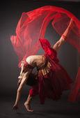 Bella giovane danzatrice del ventre, danza moderna — Foto Stock