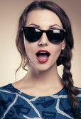 Güzel ve güneş gözlüklü kız moda — Stok fotoğraf
