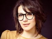 Schöne und fashion girl in gläser, close-up portrait, studioaufnahme — Stockfoto