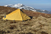 желтый палатка на заснеженных весной хребтов — Стоковое фото