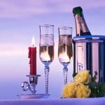 kunst gelukkig romantisch diner met wijn op de hemelachtergrond — Stockfoto