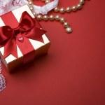 caja de oro regalo de día de San Valentín con arco sobre fondo rojo — Foto de Stock
