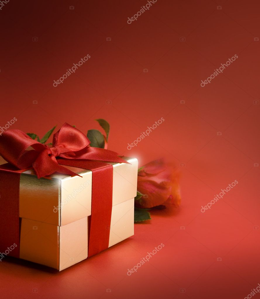 Gift box and red rose — Stock Photo #8595882