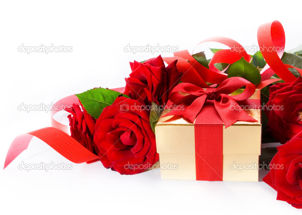 Valentines Day golden gift box and red roses on a white background — Stock Photo #8667320