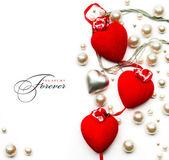 Tarjeta de felicitación de arte san valentín día con corazones rojos en blanco centrico — Foto de Stock