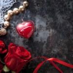 Kunst-Valentinstag-Grußkarte mit roten Rosen und roten Herz auf dar — Stockfoto