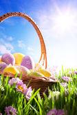 Arte cestino di pasqua con la pasqua uova sul prato primavera — Foto Stock