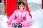 κορίτσι χαριτωμένο μικρό παιδί κάθεται από το κλείστρο — Φωτογραφία Αρχείου