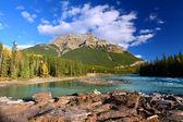 Athabasca river en mount kerkeslin — Stockfoto