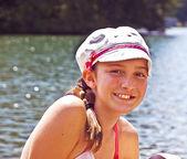 湖で帽子のプレティーン — ストック写真