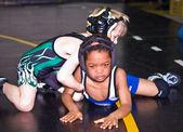 年轻的男孩学习摔跤 — 图库照片