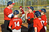 Coaching jeugd liga honkbal — Stockfoto