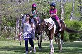 Jovens aprendendo a montar cavalos — Foto Stock