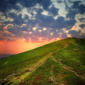 Hill yolu ve bulutlar gökyüzü üzerinde — Stok fotoğraf