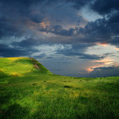 Edge of mountain plateau and majestic sky with clouds — Stock Photo