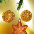Christmas ornaments on a christmas tree — Stock fotografie