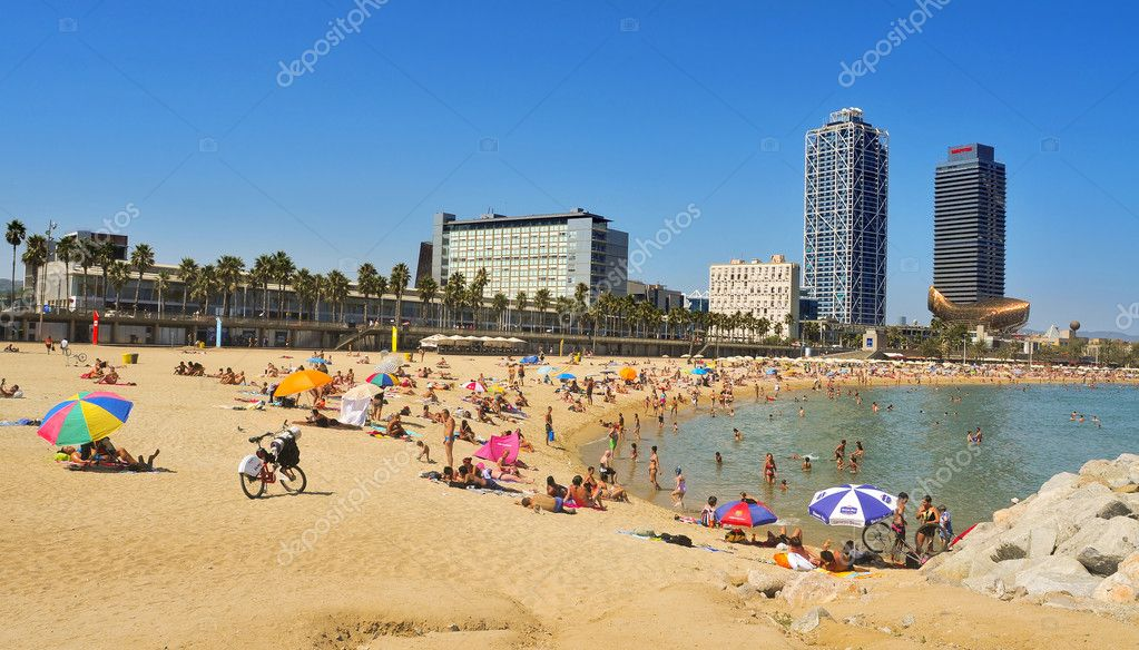 BARCELONA, SPAIN - AUGUST 16: Barceloneta Beach with Hotel Arts in the background on August 16, 2011 in Barcelona, Spain. Hotel Arts is a 44-story luxury hotel — Stock Photo #8055694