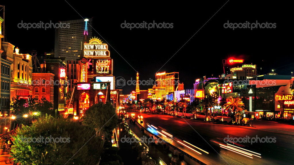 LAS VEGAS, US - OCTOBER 11: Las Vegas Strip at night on October 11, 2011 in Las Vegas, US. 19 of the world's 25 largest hotels are on the Strip — Stock Photo #8066929