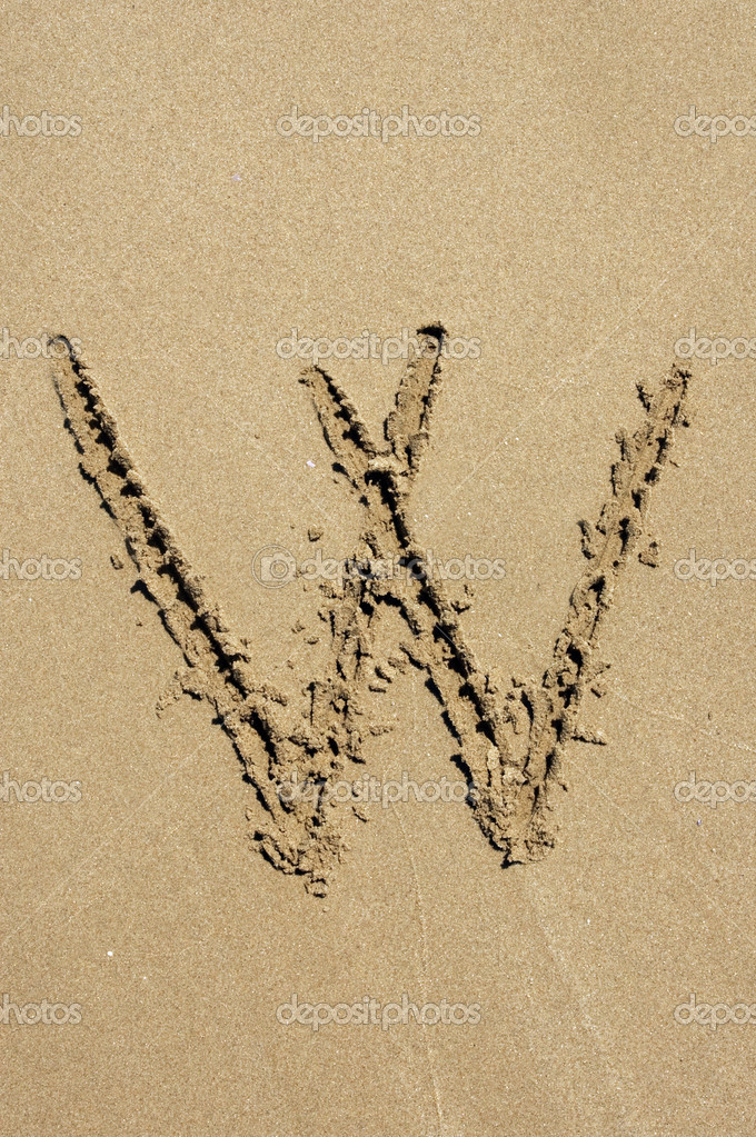 W letter written in the sand of a beach — Stock Photo #9969818