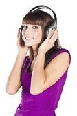 Hübsche frau hören und musik genießen — Stockfoto