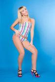 Sexy meisje geïsoleerd op blauw — Stockfoto