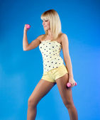 Blond woman at fitness training with weights — Foto de Stock