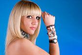 Härlig tjej med olika klockor på hand — Stockfoto