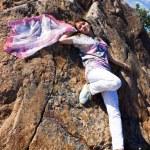 positive jeune fille contre la roche en été — Photo