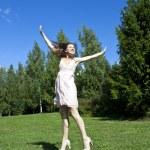belle jeune femme heureuse sous le ciel bleu — Photo