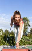 привлекательные молодая женщина, надевая зеленый с лесом в мяч для гольфа — Стоковое фото