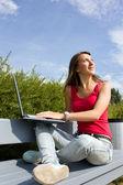Joven positiva con el ordenador portátil — Foto de Stock