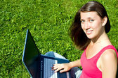 Dívka s notebookem na povaze — Stock fotografie