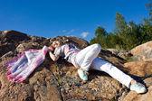 Brunetka szczęśliwy grając z szalikiem w lecie — Zdjęcie stockowe