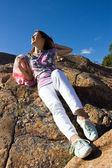 积极的年轻女孩对岩石在夏天 — 图库照片