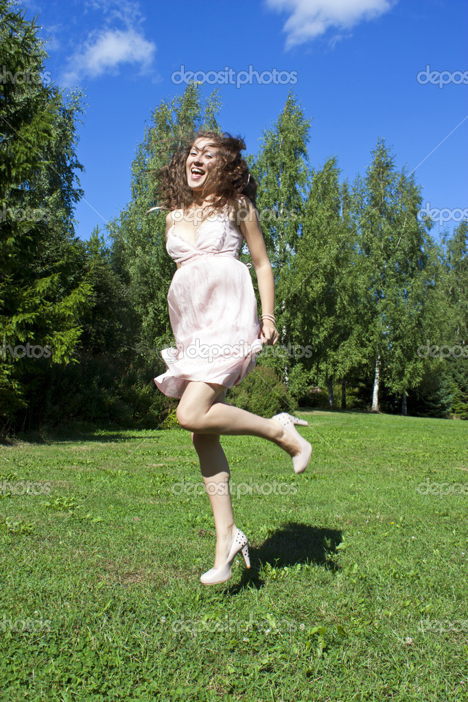 Beautiful girl jumping in the park no sky backgroound — Stock Photo #9118814