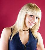 Retrato de una rubia bonita, sonriente — Foto de Stock