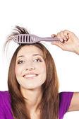 привлекательные улыбается женщина, чистить ее слышать — Стоковое фото