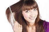 スタジオで彼女の髪をブラッシング ブルネット — ストック写真