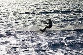 Sylwetka kitesurfer w tył oświetlenie — Zdjęcie stockowe