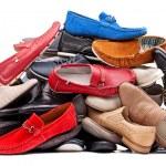 pila de varios zapatos de los hombres, con trazado de recorte — Foto de Stock